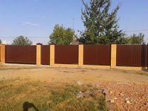 Забор из профнастила (кирпичные столбы)